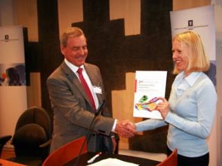Statsråd Anniken Huitfeldt mottar NOU 2009:8 30. april 2009 av professor Edvard Befring.